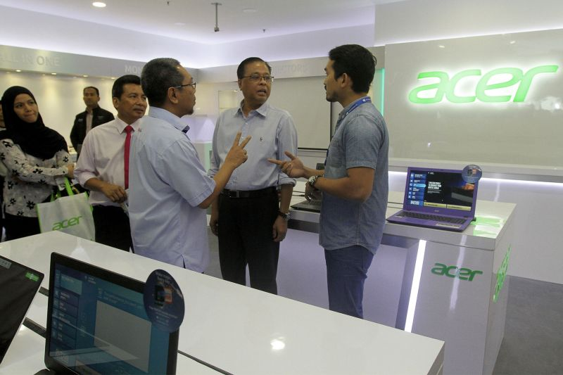 File picture of Datuk Seri Ismail Sabri Yaakob (second right) visiting a kiosk during the opening of the Mara Digital mall in Kuala Lumpur, December 8, 2015. ― Picture by Yusof Mat Isa