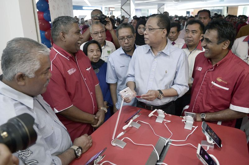 Datuk Seri Ismail Sabri Yaakob (second right) visits a kiosk during the opening of the MARA Digital mall in Kuala Lumpur, December 8, 2015. ― Picture by Yusof Mat Isa