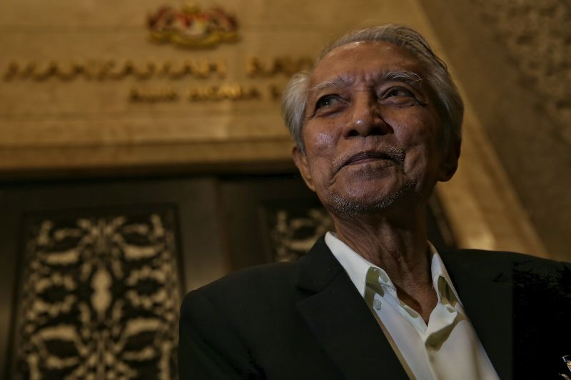 Muslim intellectual Kassim Ahmad  at the Court of Appeal in Putrajaya, December 21, 2015. ― Picture by Saw Siow Feng