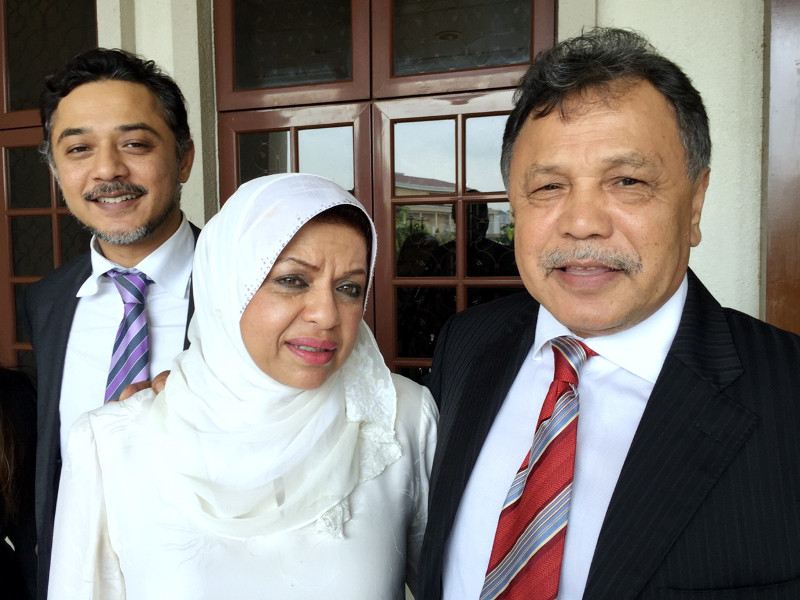 National Feedlot Corporation chairman Datuk Mohamad Salleh Ismail (right) is seen with his wife Tan Sri Shahrizat Abdul Jalil outside the Sessions Court in Kuala Lumpur November 28, 2015. — Bernama pic