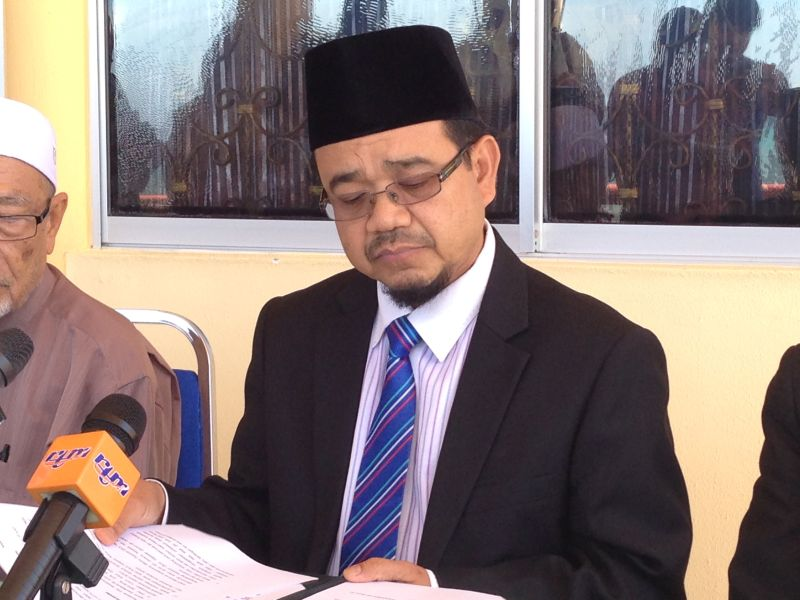 Sabah mufti Datuk Bungsu @ Aziz Jaafar said vaping, e-cigarettes and shisha are considered haram by the Sabah Fatwa Council because it is harmful to one's health. ― Picture by Julia Chan