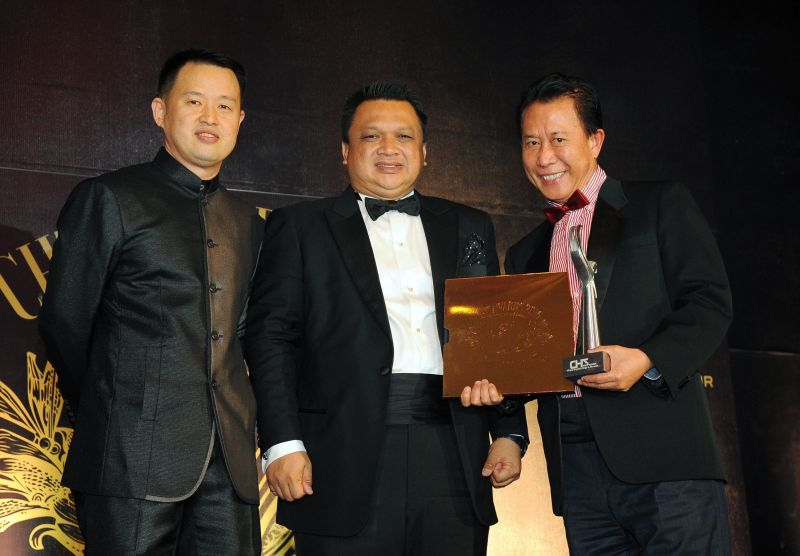 Martin 'Wok with Yan' (right) receives his CHT International Award-Culinary Arts from the Raja of Perlis Tuanku Syed Faizuddin Putra Jamalullail (centre). On the left is CHT Network president Ch'ng Huck Teng. — Bernama pic