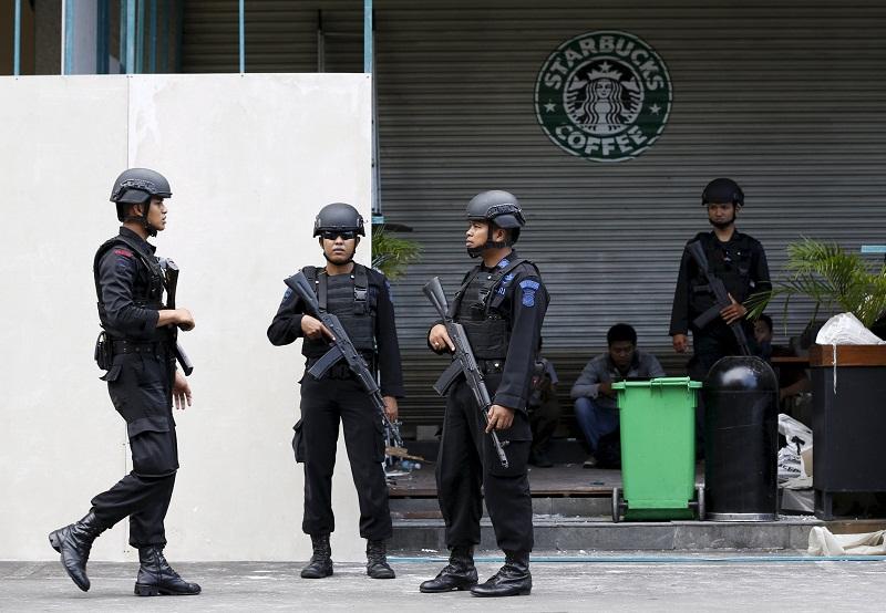 2016年1月16日,印尼警方驻守在雅加达发生恐袭的地点。伊斯兰祈祷团曾于2003年8月5日袭击雅加达万豪酒店,造成12人死亡,多人受伤。-路透社-