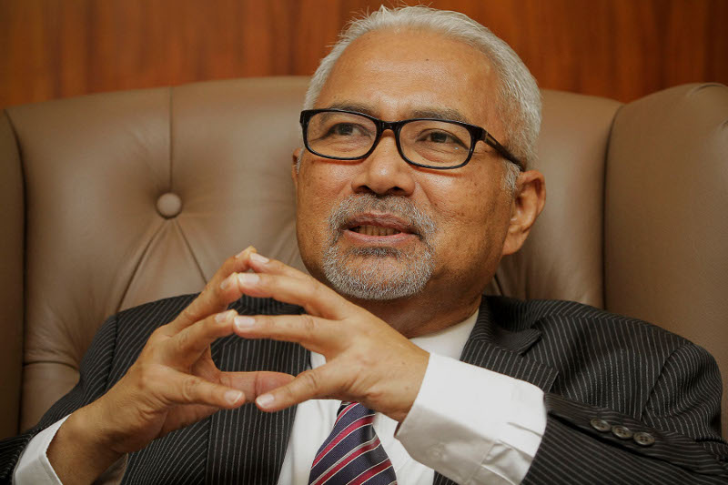 Election Commission chairman, Datuk Seri Hashim Abdullah speaks to Malay Mail Online during an interview at his office in Putrajaya, Feb 23, 2016. — Picture by Yusof Mat Isa