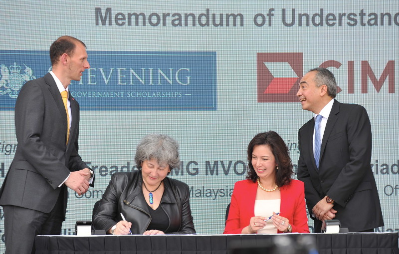 CIMB Group chairman Datuk Seri Nazir Razak (right) and Deputy British High Commissioner to Malaysia, Paul Rennie (left) witnessing the signing of a MoU between CIMB and Chevening conjunction with the launch of 'Education is Great' at Heriot Watt University, in Putrajaya, Feb 23, 2016. — Bernama pic