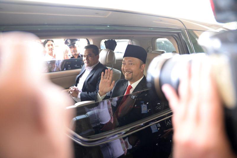 Datuk Seri Mukhriz Mahathir waves as he leaves Wisma Darul Aman in Alor Setar, Kedah, February 3, 2016. ― Picture by KE Ooi