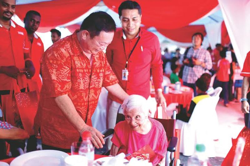 Datuk Wong Sai Wan (left) sharing a light moment with Khoo Cheow Kin, 98, from My Manor Home.  ― Malay Mail pix
