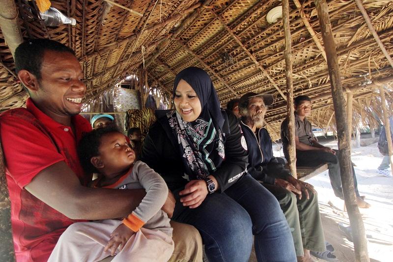 Deputy Tourism Minister Datuk Mas Ermieyati Samsudin (centre) speaks to some villagers belonging to the Batek Orang Asli tribe at Taman Negara, Pahang February 23, 2016. — Bernama pic