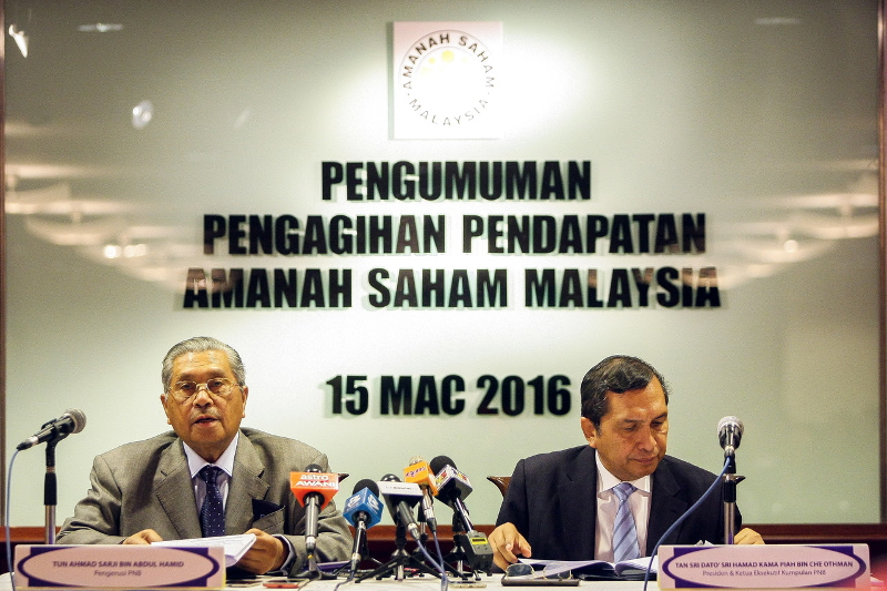 PNB chairman Tun Ahmad Sarji Abdul Hamid (left) with PNB President Tan Sri Hamad Kama Piah Che Othman (right) at a press conference in Kuala Lumpur March 15, 2016. He said that PNB will be the anchor tenant for the 118-storey tower named 'Merdeka PNB118'. — Bernama pic