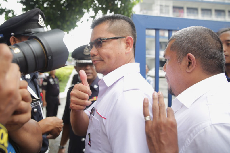 'Red shirts' leader Datuk Jamal Yunos surrenders himself for questioning at the Ampang Jaya police station, accompanied by his lawyer and supporters, March 22, 2016. — Picture by Choo Choy May