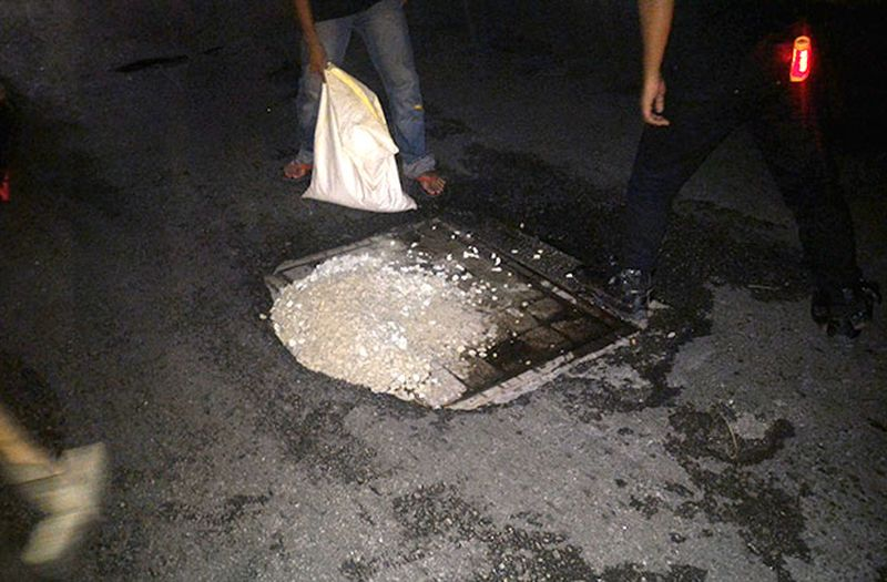 The Puchong unit of the Brotherhood fixing a pothole in the area... they work quickly and neatly.