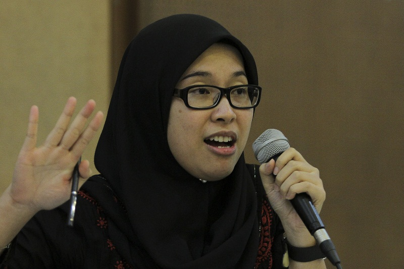 Fadiah Nadwa Fikri speaks at a forum titled 'Maqasid Shariah and Women's Rights' in Kuala Lumpur, April 10, 2016. — Pictures by Yusof Mat Isa