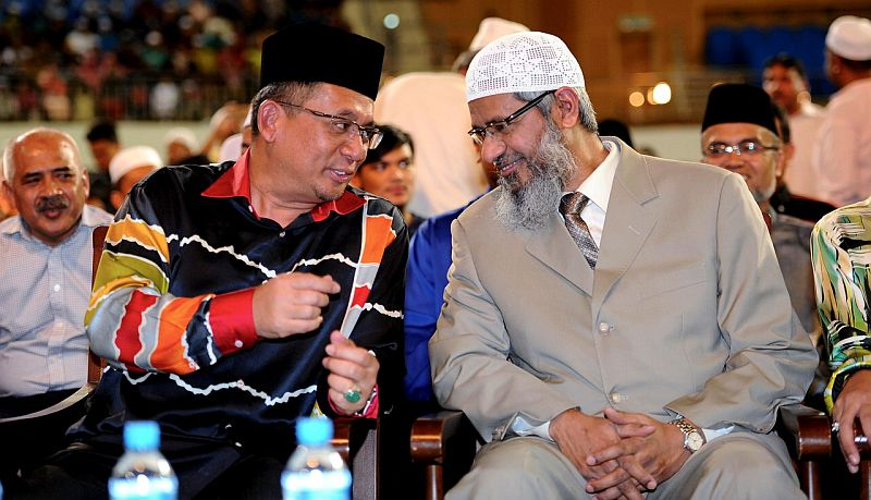 Sivarraajh claimed while Dr Zakir (right) often talks about unity between Islam and other religion, he would allegedly divert the topic to justify the supremacy of Islam.  — Bernama pic