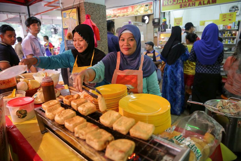 You can also order rojak and tauhu bakar as you wait for your durian cendol.