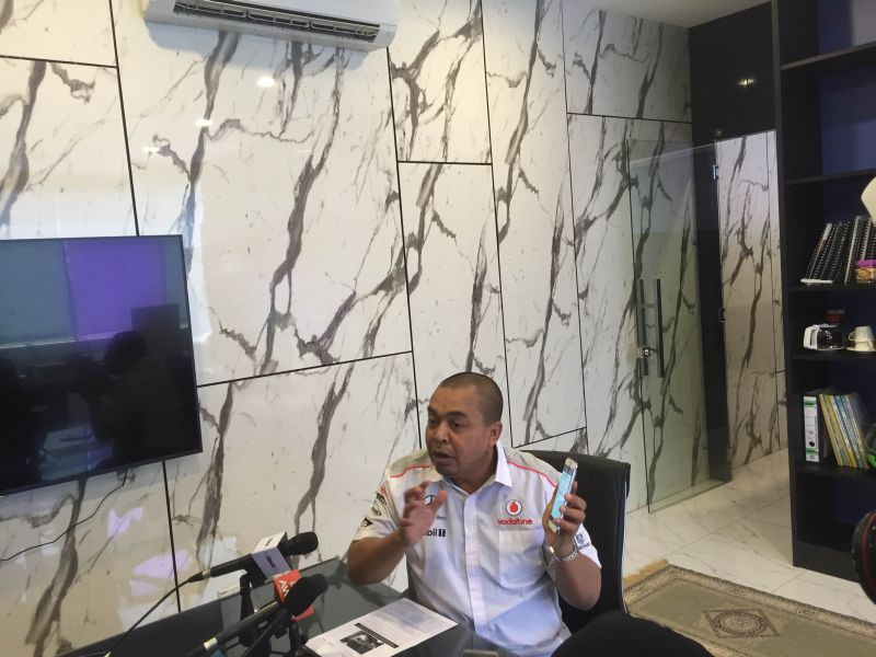 Big Blue Taxi Services founder and advisor Datuk Shamsubahrin Ismail having a press confence on the 'e-hailing' proposal at his office, May 4, 2016. ― Picture by Kamles Kumar