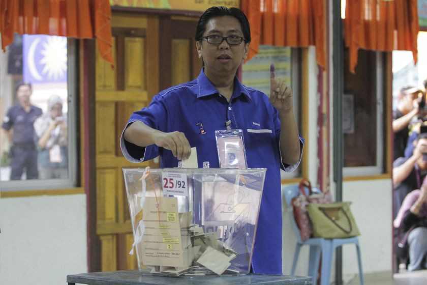 BN candidate Budiman Mohd Zohdi casts his ballot during the Sungai Besar by-election in Sungai Limau June 18, 2016. — Picture by Yusof Mat Isa