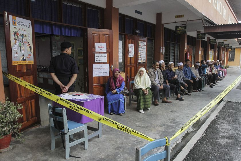 Voters queue up to vote outside a polling station in Sekolah Kebangsaan Sungai Limau, June 18, 2016. — Picture by Yusof Mat Isa