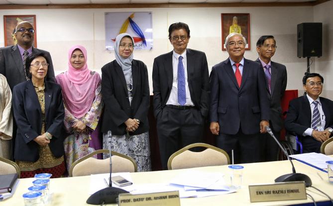 Picture shows the members of Suhakam: (from right) Francis Johen, Datuk Godfrey Gregory, Datuk Mah Weng Kwai, Tan Sri Razali Ismail, Prof Datuk Dr. Aishah Bidin, Dr. Nik Salida Suhaila Nik Saleh, Datuk Lok Yim Pheng, and Jerald Joseph. — Malay Mail pic