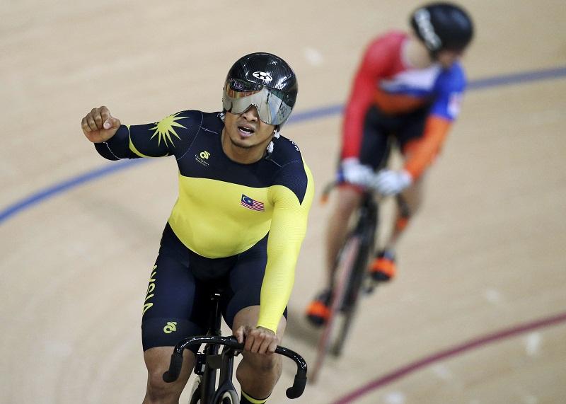 Azizulhasni Awang celebrates winning the bronze medal at the men's track cycling keirin, in Rio de Janeiro, Brazil Aug 16, 2016. — Reuters pic