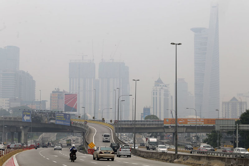 Motorists travel along a haze-shrouded Federal Highway in Kuala Lumpur August 29, 2016. — Picture by Choo Choy May