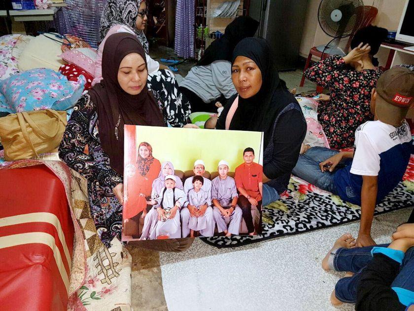 Norazian (left) said on Saturday she managed to visit Noor Amila Edrus's mother, Siti Nursharmila Tengku Hanafiah to give her words of encouragement. — Bernama pic
