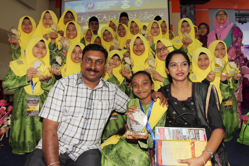 P. Thanhya Phrassanna Naidu, 11, (front, centre) with her father K. Puspiakaran, mother, S. Parvathy and teammates representing the Kedah contingent that won second place in the Kalam Jamaie contest, at UMP, Kuantan, Aug 14, 2016. — Bernama pic