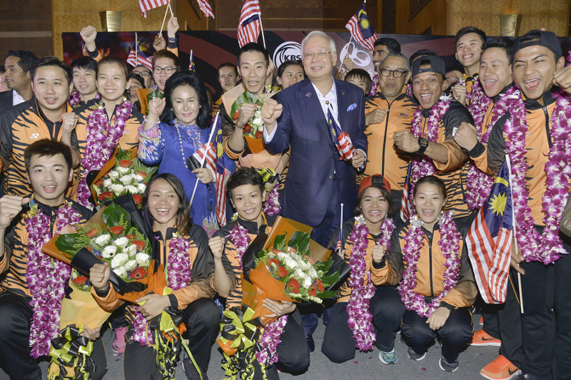 Prime Minister Datuk Seri Najib Razak (centre) poses with his wife Datin Seri Rosmah Mansor and the Malaysian contingent from the 2016 Rio Olympics at KLIA August 24, 2016. Datuk Lee Chong Wei, Pandelela Rinong and Cheong Jun Hoong will receive the OCM-Coca-Cola Olympian Awards. — Picture by Yusof Mat Isa