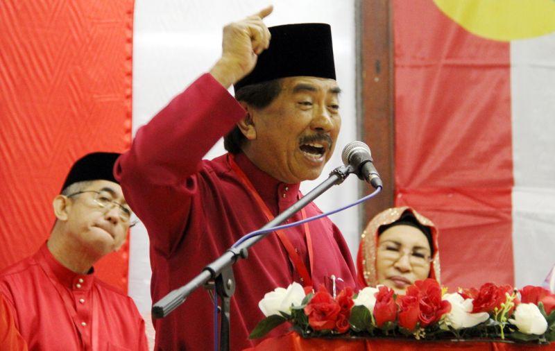 Datuk Seri Musa Aman wants the relevant authorities to enforce stricter regulations on boat operators ferrying passengers, including tourists. ― Bernama pic