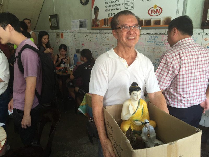 Regular customer Phoon Kok Cheong helping to pack and move some of the items at the Kong Thai Lai Coffeeshop that will be closing down, September 26, 2016, George Town, Penang. — Picture by Opalyn Mok