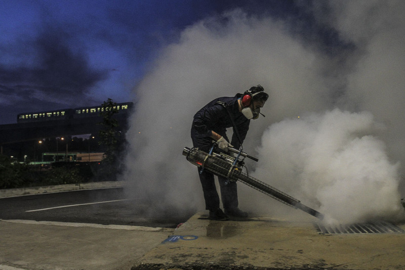 A worker from the Ministry of Health is seen carrying out fogging to kill Aedes mosquitoes at a residential area in Subang Jaya, September 6, 2016. — Picture by Yusof Mat Isa