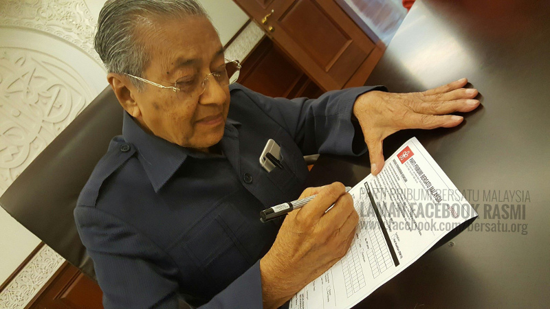 Tun Dr Mahathir Mohamad filling an application form to sign up as the first lifetime member of Parti Pribumi Bersatu Malaysia, September 14, 2016. — Picture courtesy of Facebook/ Parti Pribumi BERSATU Malaysia