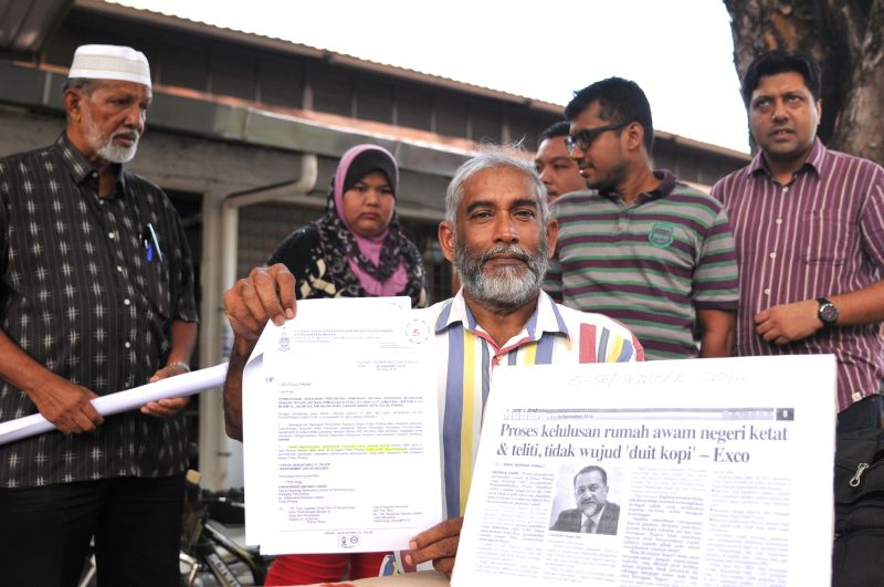 Abdul Hamid Mydin showing the letter from the state government, October 4, 2016. ― Picture by KE Ooi