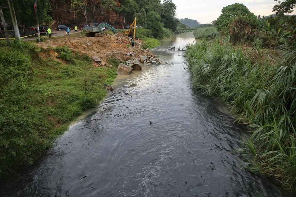 雪兰莪河遭受污染,导致雪隆区上百万名用户面临断水。-Saw Siow Feng摄-