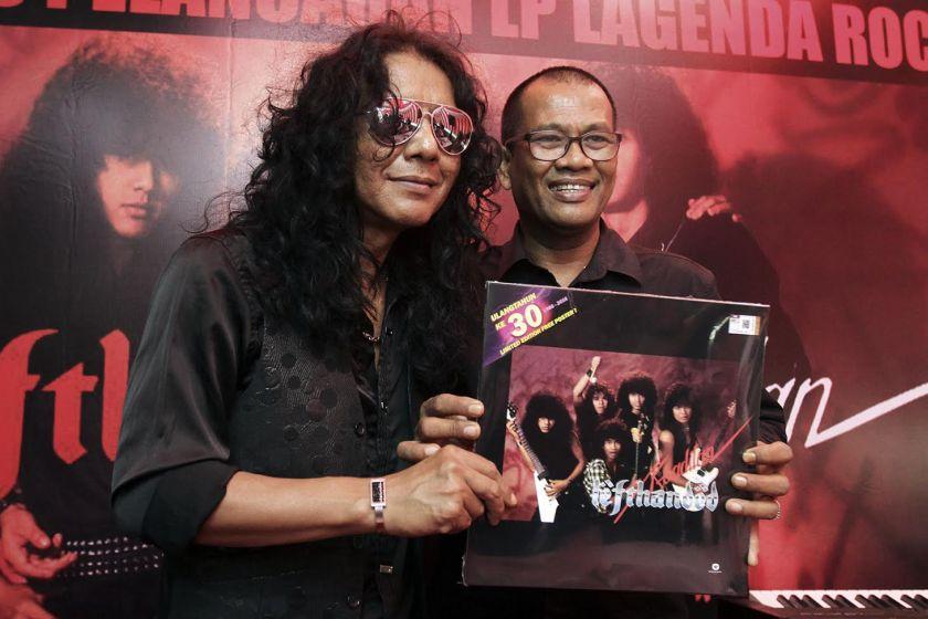 Datuk Nashruddin Elias (right) is seen with bandmate Man Kidal. — Foto oleh Yusof Mat Isa