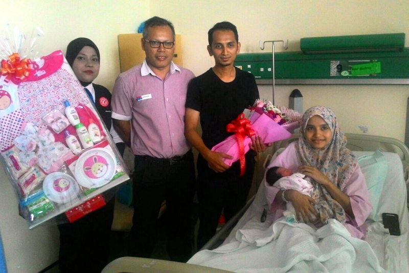 Marrybrown Aman Jaya Mall manager Shahrizal Daud (2nd left) poses with Nurul Haslina Abdul Halim (right) and her husband Mohd Lutfi Hussein (2nd right) and their baby at the Sultan Abdul Halim hospital at Sungai Petani October 3, 2016. — Bernama pic