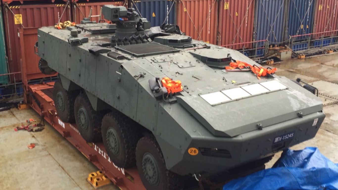 多辆装甲车惊现葵涌码头,疑隶属新加坡陆军AV-81八轮甲车。-图取自香港01-