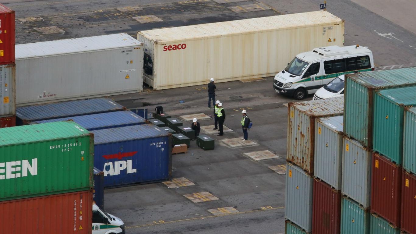 现场有至少8个墨绿色箱子,警方曾派出爆炸品处理课到场调查。-图取自香港01-