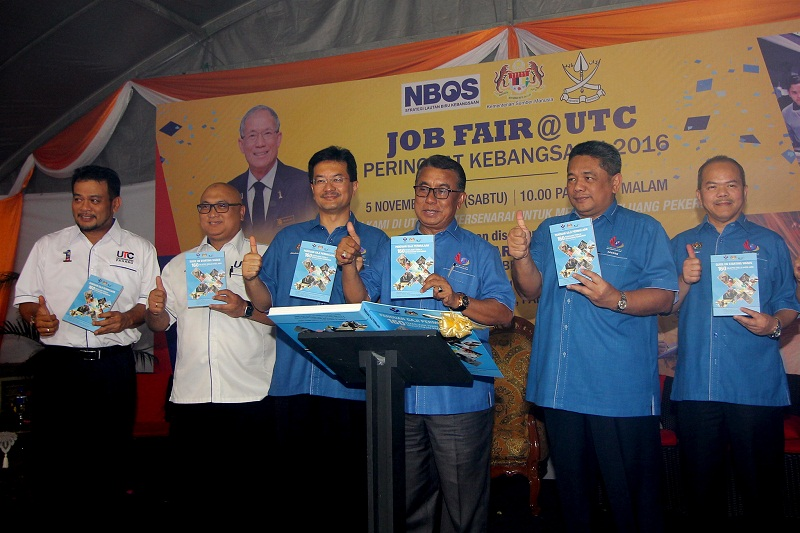 Deputy human resources minister Datuk Seri Ismail Abd Muttalib (third from right) at the launch ceremony for the guidebook entitled 'Salary Guide, Starting Salaries for 160 Selected Skill-Based Jobs' in Kuantan, November 5, 2016. — Bernama pic