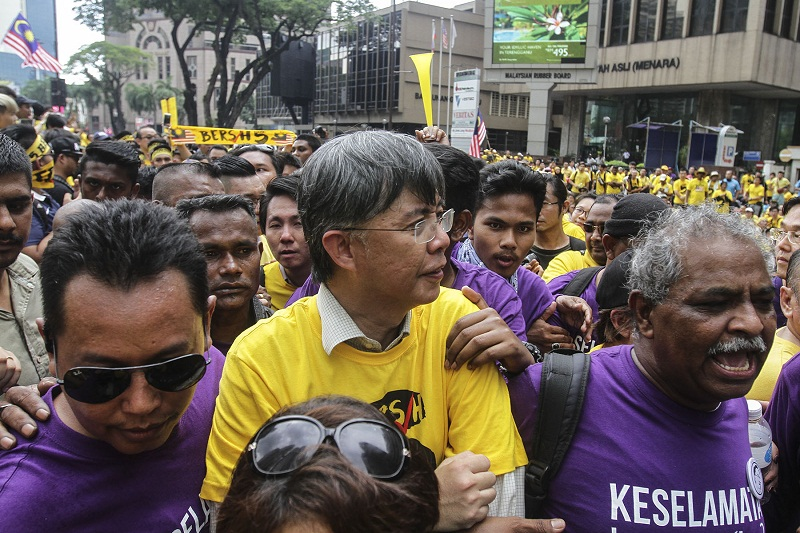 PKR vice-president Chua Tian Chang (centre), better known as Tian Chua, at the Bersih 5 rally in Kuala Lumpur November 19, 2016. — Picture by Yusof Mat Isa