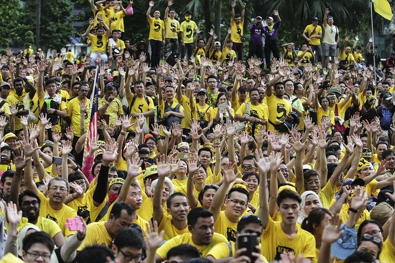 Protesters sit on the road at Jalan Ampang during the Bersih 5 rally in Kuala Lumpur November 2016. — Picture by Yusof Mat Isa