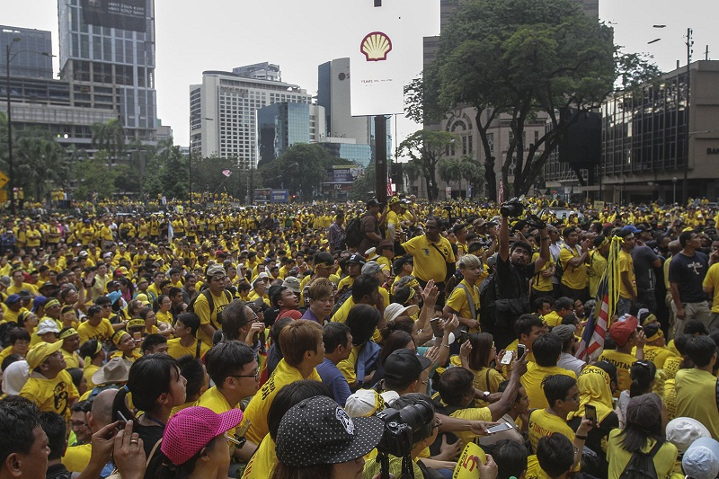 Protesters sit on the road at Jalan Ampang during the Bersih 5 rally in Kuala Lumpur November 2016. — Picture by Yusof Mat Isa