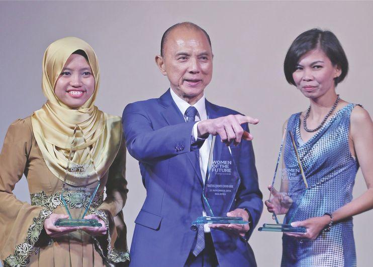 Choo with fellow Women of the Future award winners Firdaus (left) and Yasmin. — Picture by Razak Ghazali