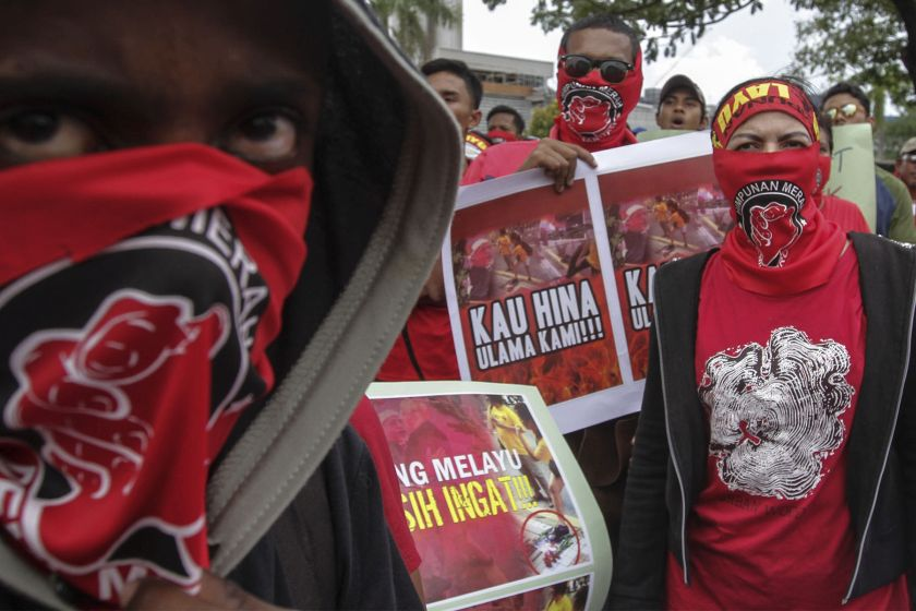 Members of  the Red Shirts movement protest outside the Malaysiakini office in Petaling Jyaa, November 5, 2011. ― Picture by Yusof Mat Isa