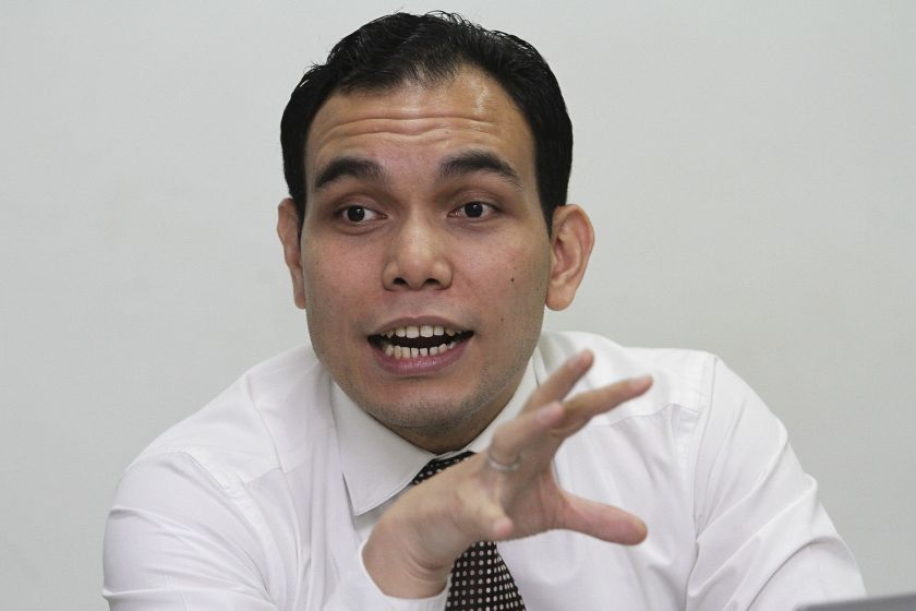 Lawyer Syahredzan Johan said a Twitter user with the handle @Nasruihakim has claimed to have sold the account that is now the property of MCMC. — Picture by Yusof Mat Isa