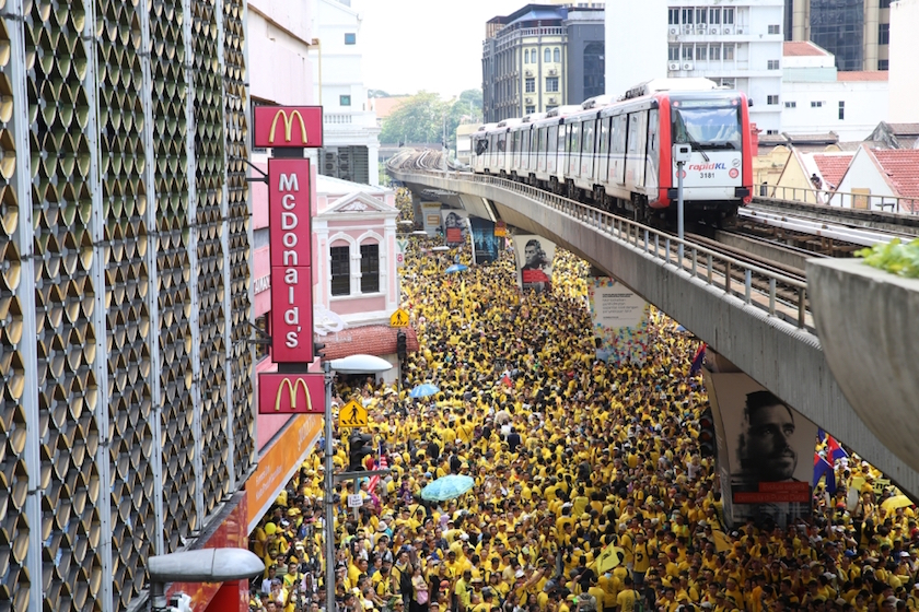 An aerial view of the Bersih 5 rally in Kuala Lumpur November 19, 2016, as seen from Masjid Jamek LRT station. — Picture by Saw Siow Feng