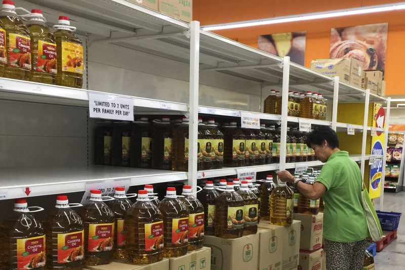A woman is seen buying cooking oil at a supermarket, November 1, 2016. ― Picture by Yusof Mat Isa