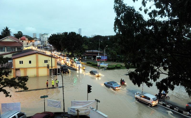 Flash floods occur at the Jalan Perak and Jalan P. Ramlee junction in George Town, November 7, 2016. — Bernama pic