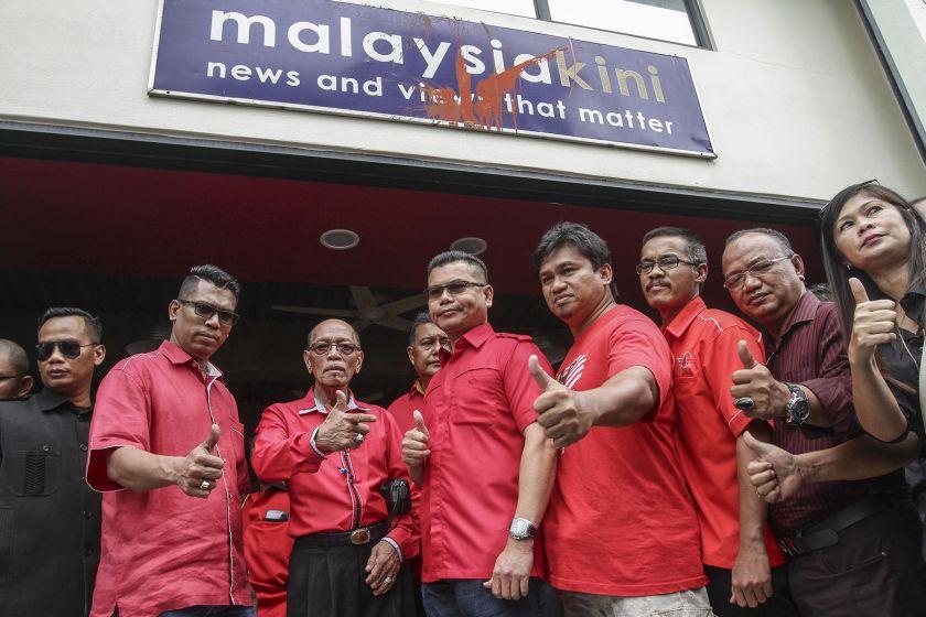 Red shirts leader Datuk Seri Jamal Yunos and his members gather outside the Malaysiakini office in Petaling Jaya, November 3, 2016. — Picture by Yusof Mat Isa