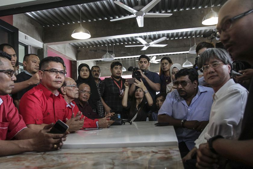 Red Shirts leader Datuk Jamal Yunus (left, centre) is pictured with Steven Gan (right) and editors of Malaysiakini at a café near the latter's office in Petaling Jaya November 3, 2016. — Picture by Yusof Mat Isa