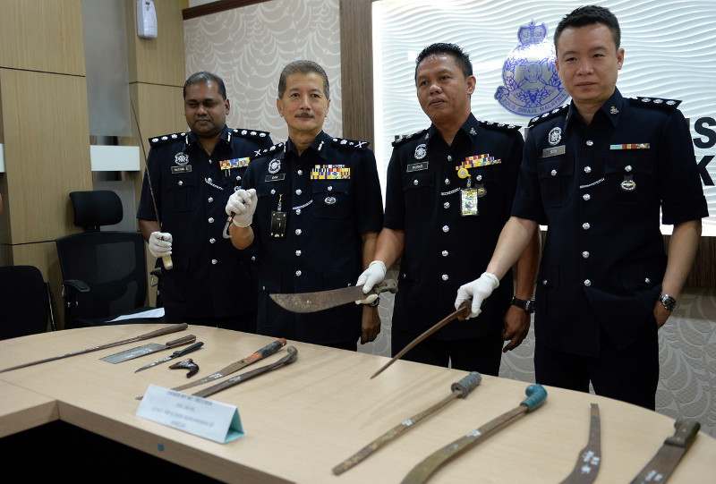 Perak Police Headquarters CID Chief Datuk SAC Gan Tian Kee (second, left) showing the confiscated weapons from gangsters that were arrested at Kampung Pisang, Chemor November 2, 2016. — Bernama pic